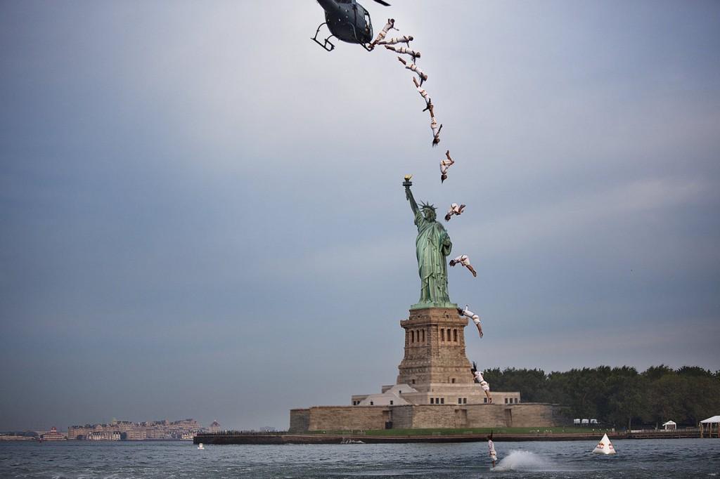 اورلاندو دوک در حال پرش از هلیکوپتر در حال حرکت در سال 2013