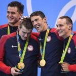 در دومین روز مسابقات شنای المپیک فلپس به جمع مدال آوران برگشت و سه رکورد جهانی شکسته شد.