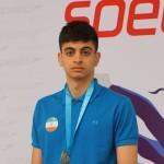 متین بالسینی در روز نخست مسابقات شنا قهرمانی جوانان جهان مجارستان در ماده 400 متر آزاد به آب میزند.